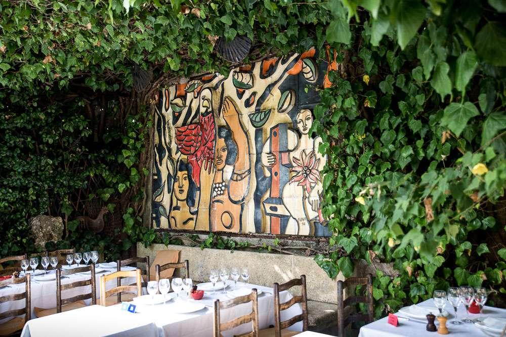 """Vårt hotell rekommenderade oss att äta på """" La Colombe d'Or"""". Hon sa att det dock brukar vara fullbokat men om vi går förbi kl 18.00 kan vi ha turen att få ett bord!! Och vi hade tur!"""