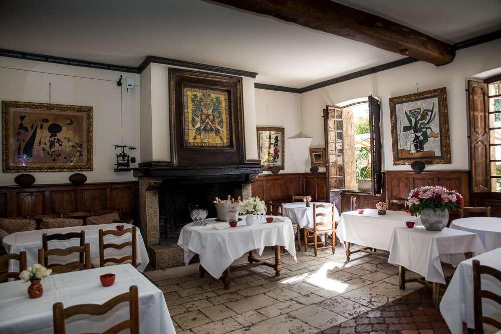 Restaurang La Colombe d'Or är bara ett måste att besöka för den konstintresserade! Här hänger det kända verk från Picasso, Miro, Braque, Chagall mm.