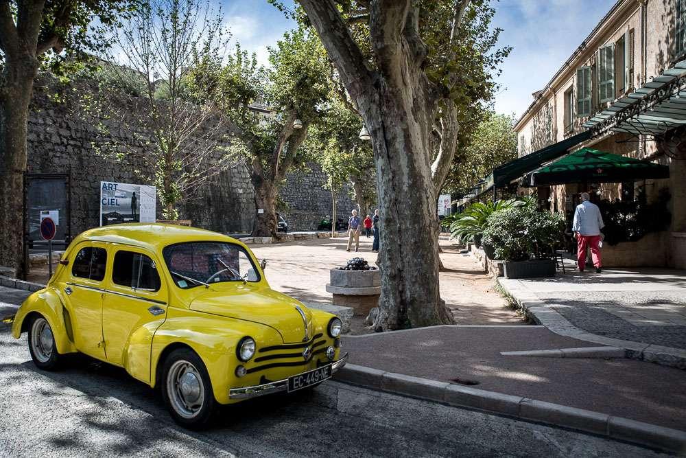 På torget, strax utanför muren och La Colombe d'Or, spelar man ofta och gärna boule.