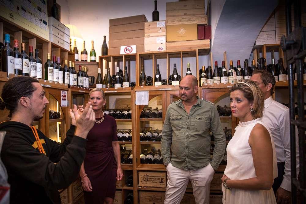 I vinkällaren finns ett urval av viner från Provence och dess Vinothèque, som hyser de viktigaste franska vinerna: Bordeaux Grands Crus, Bourgogne, Champagne och Rhonedalen bästa viner, samt ett brett utbud av Cognac, Armagnac, Calvados, Eaux-de- vie, likörer.