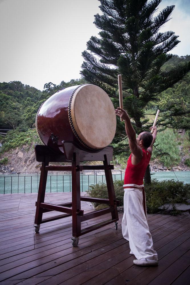 """De kommunicerar genom gong-trummor och på så sätt välsigna berget, vatten och naturen med deras """"samtalsritual""""."""