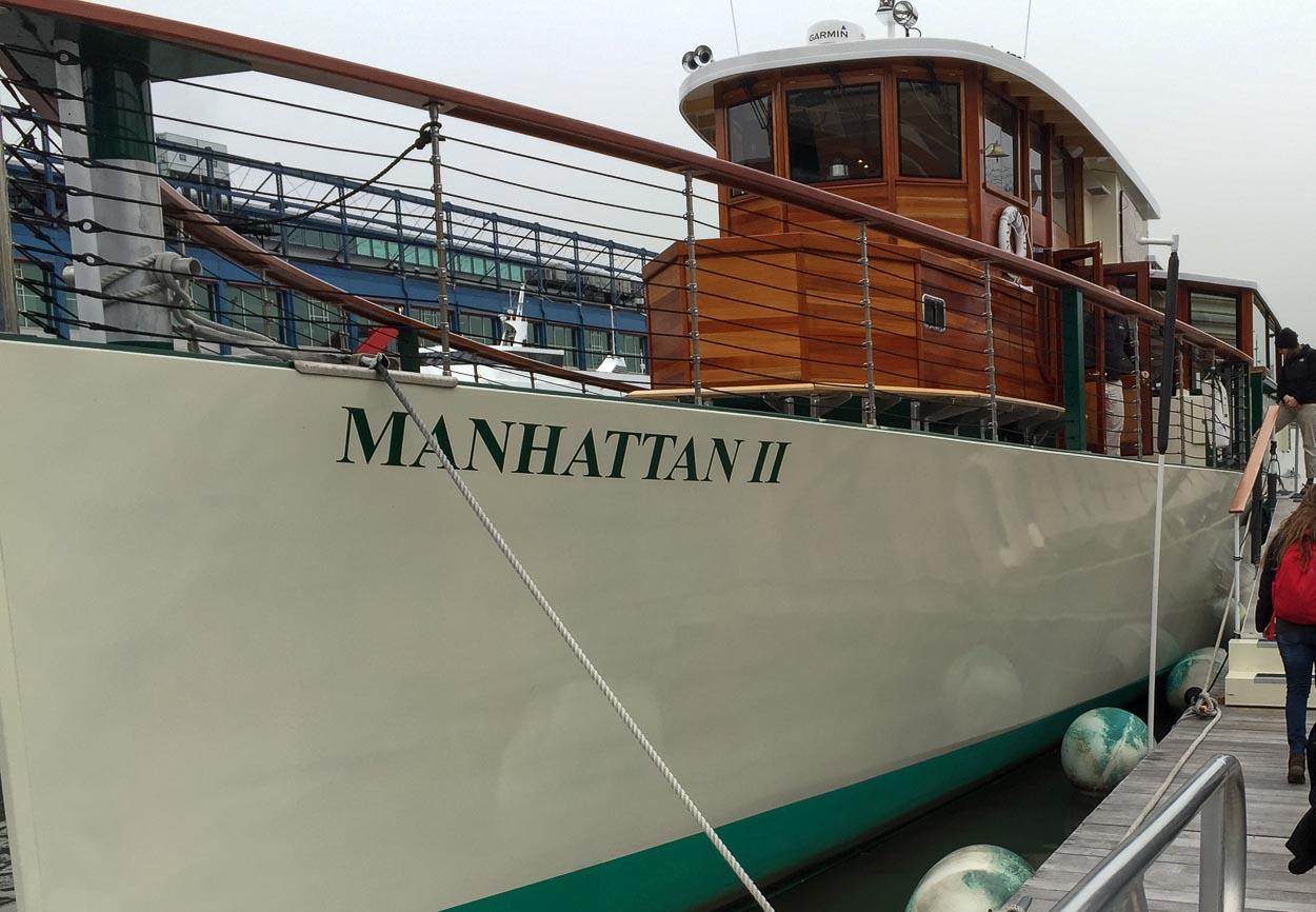 Kryssning runt new york med denna fina båt med det passande namnet Manhattan!