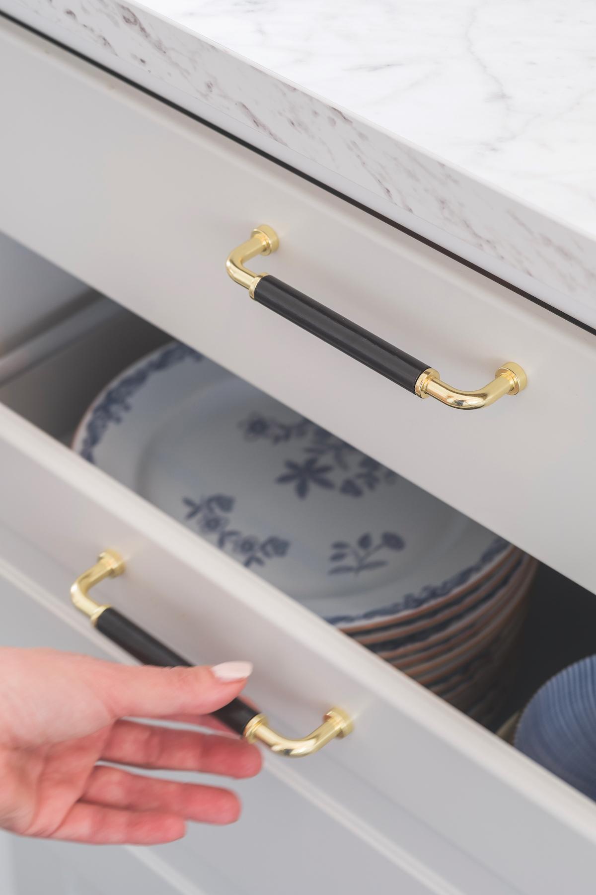 Detaljer, detaljer. Att byta beslag, sätta in en ny blandare eller nya luckor kan vara nästan som en hel renovering.