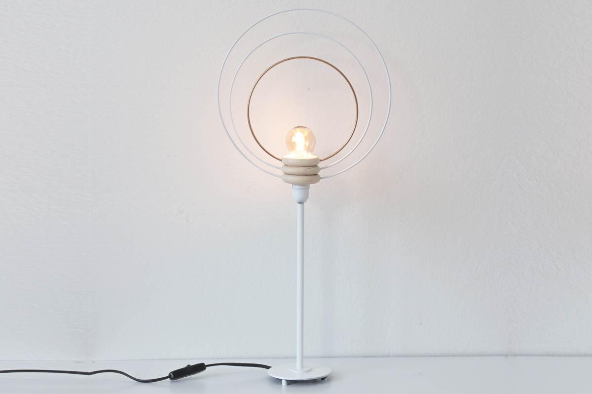 Trä över träringarna, den största i botten och skruva fast glödlampan. Tada! Nu har du gjort en egen lampa med en gloria på toppen!