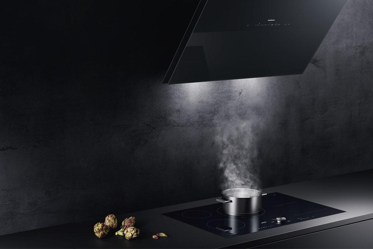 Gaggenau Kitchen. Gaggenau inleder året med två nya vägghängda fläktar. En vinklad modell och en helt lodrät modell.