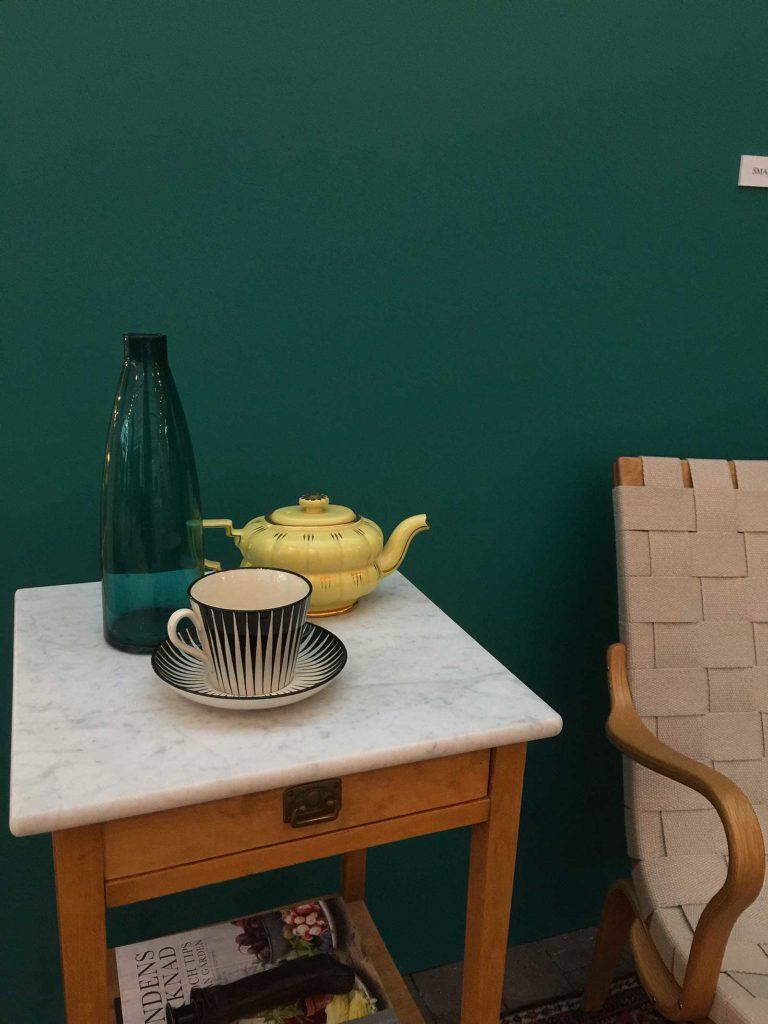 Jag fastande för den sköna gröna väggen, med kulören Smaragd 786. Våga, våga byta färg, snart…men inte än!
