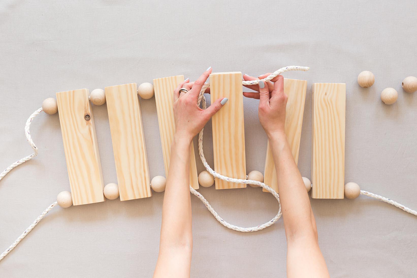 Gunga med träkulor av Anna María