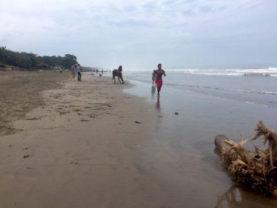Strand, skräp och glada ungar!